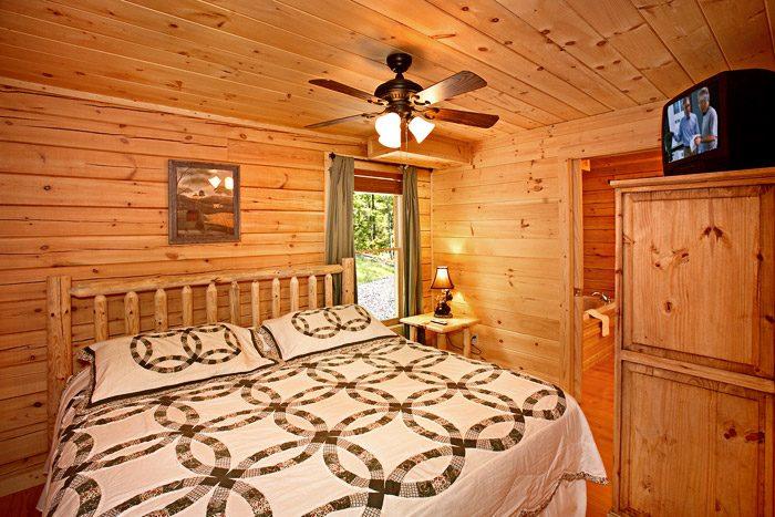 Gatlinburg Cabin with King Bedroom - A Bear Abode