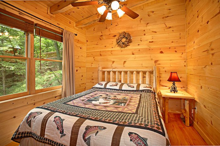 Cabin with Queen Sized Bed - A Bear Abode