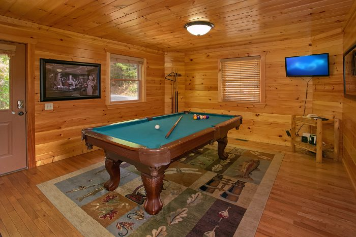 Honeymoon Cabin with Pool Table and Arcade - A Bears Gatlinburg Den