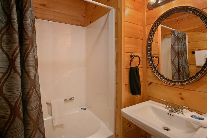 Honeymoon Cabin with Private Bath and King Bed - A Bears Gatlinburg Den