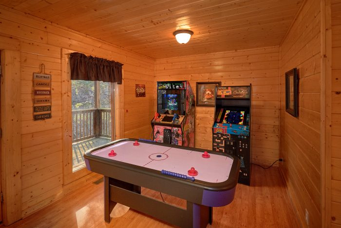 4 Bedroom Cabin with Air Hockey Game and Arcades - A Bears Lair