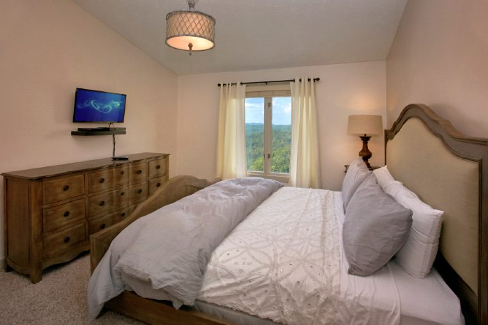 Luxury Master Suite in 4 Bedroom Cabin with View - A Castle in the Clouds