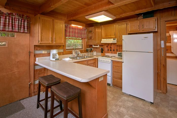 Cabin in Wears Valley with Full Kitchen - A Hummingbird Hideaway