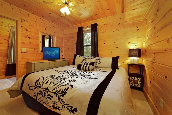 King Sized Bedroom in Cabin - A Mountain Escape