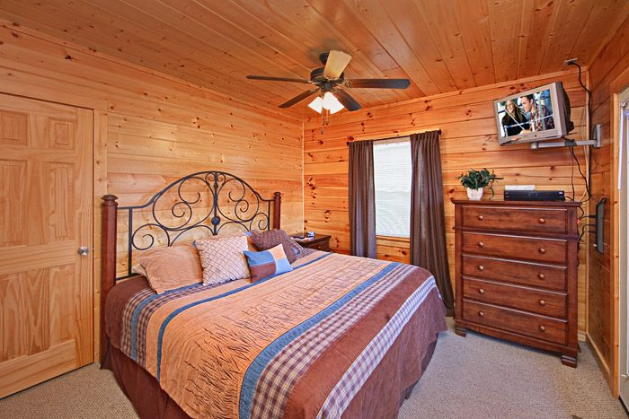 Smoky Mountain Cabin with King Bedroom - A Peaceful Easy Feeling