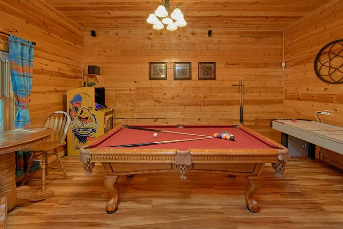 5 Bedroom cabin with Pool Table and arcade game - A Perfect Stay