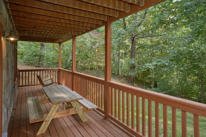 Picnic Table 2 Bedroom Cabin Sleeps 9 - A Stones Throw