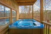 Spacious Cabin with a Spacious Outdoor Hot Tub