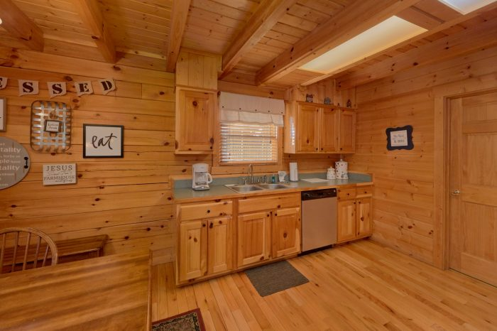 Spacious 2 Bedroom Cabin with Pool Table - American Pie