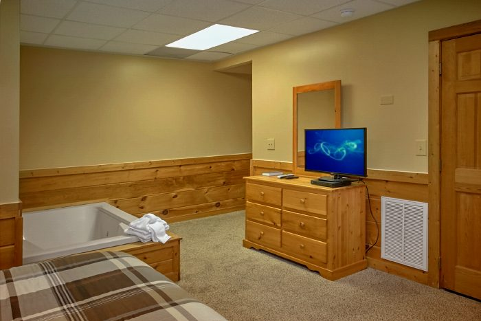 Master Bedroom with Flat Screen TV and Jacuzzi - Angel's Ridge