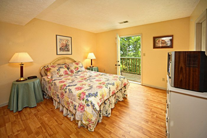Two Queen Bedrooms on Top Level - Bear Kisses