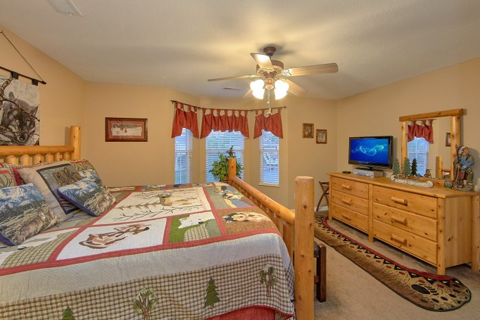 Pigeon Forge Cabin with a King Master Suite - Bear Paw Chalet