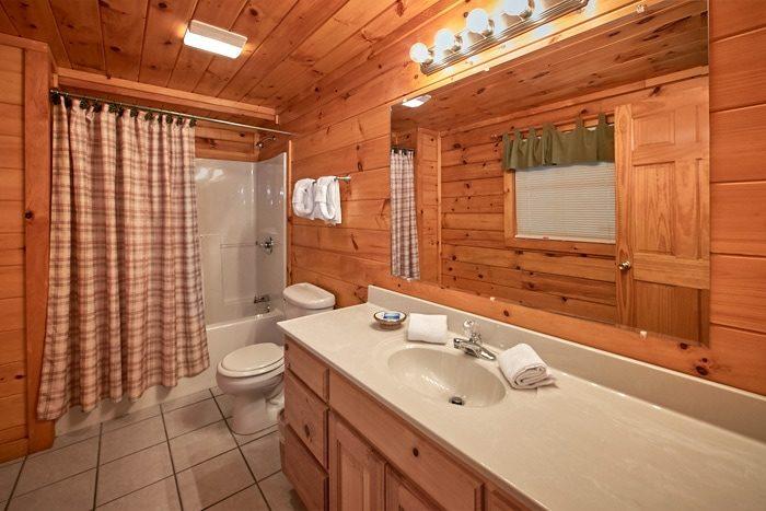 Luxury Honeymoon Cabin with 2 full Baths - Bearadise