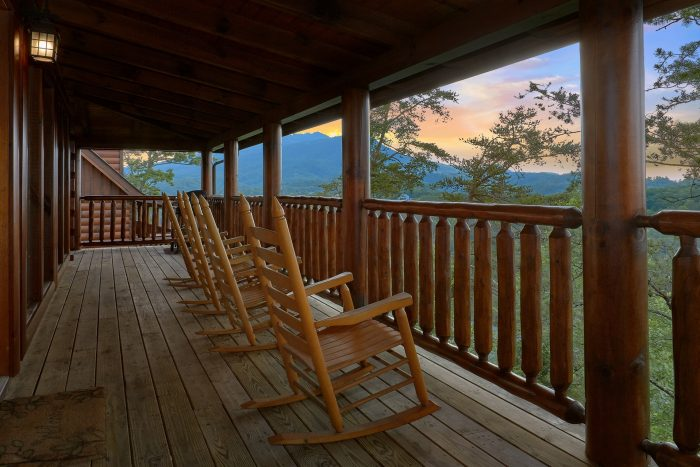 Luxurious 4 Bedroom Cabin with Mountain View - Bearly Rustic