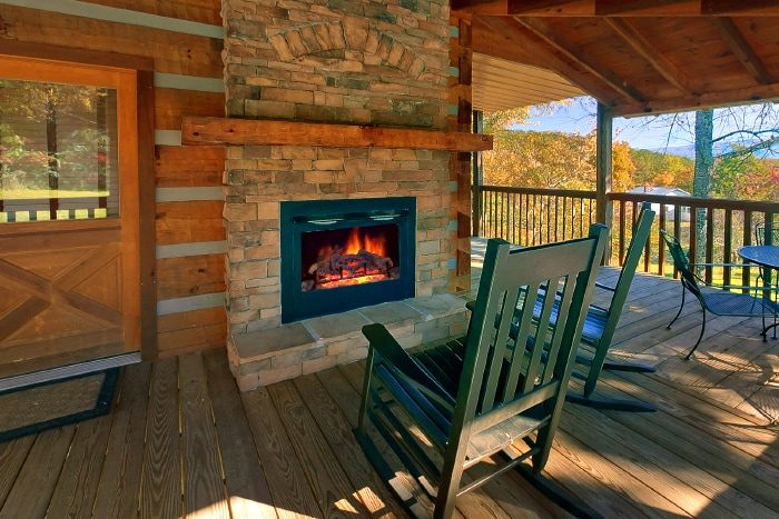 Cabin with outdoor Fireplace and Mountain View - Bearway To Heaven