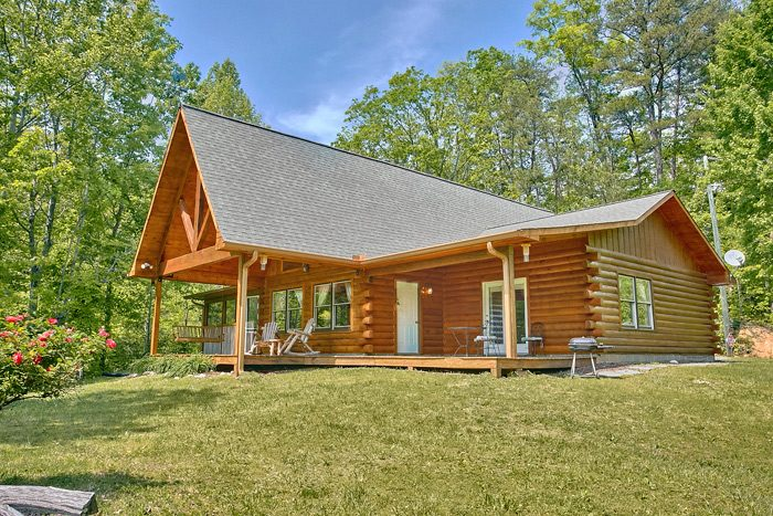 Secluded 3 bedroom cabin close to dollywood in the smoky for Large cabin rentals in tennessee