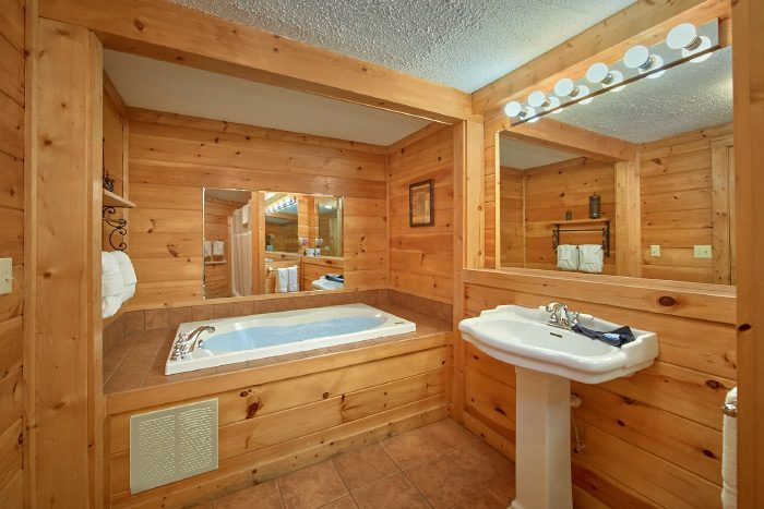 Premium 3 Bedroom Cabin Rental with Jacuzzi Tub - Lacey's Lodge