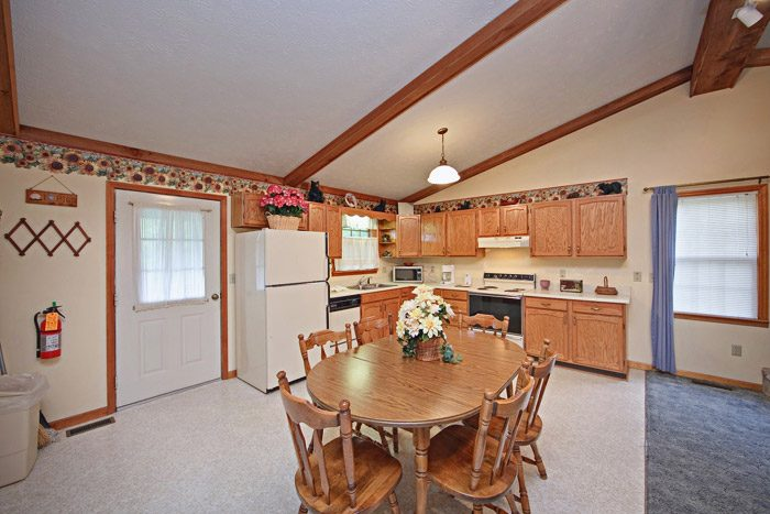 Fully Equipped Kitchen and Dining Table - Big Bears Den