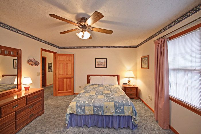 Spacious Queen Sized Bedroom - Big Bears Den