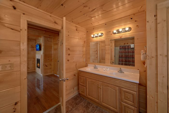 5 Bedroom Cabin with Master Bath Room - Big Mack Lodge