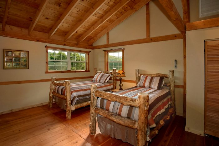 Spacious Cabin with Loft and 2 Twin Beds - Campfire Lodge