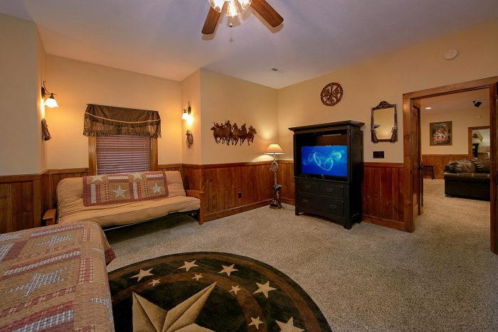 King Master Suite with Futon, TV and Bathroom - Alpine Mountain Lodge