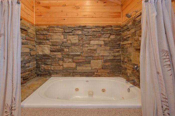 3 Bedroom Cabin Sleeps 11 with Jacuzzi Tub - Cherokee Hilltop