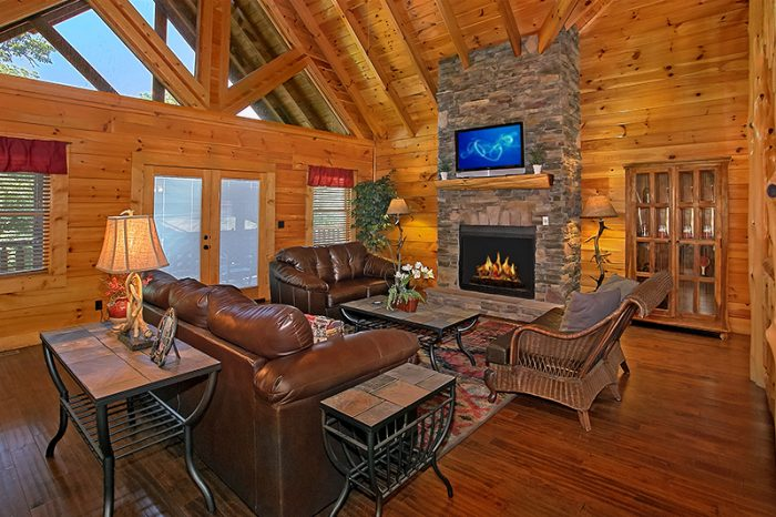 Spacious Living Room in Luxury 6 Bedroom Cabin - C'Mon Inn