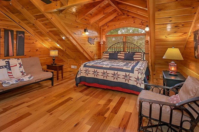 Cabin with King Bedroom and Private Bathroom - C'Mon Inn