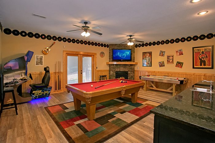 Luxury Rental Cabin with Pool Table Game Room - C'Mon Inn