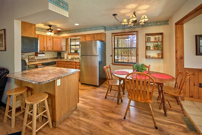 Rustic 6 Bedroom Cabin with 2 Dining Tables - Country Oaks Lodge