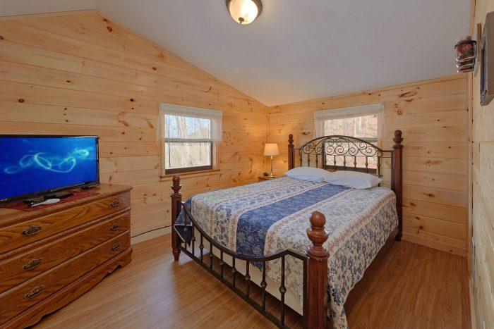 3 Bedroom Cabin Sleeps 8 Main Floor Bedroom - Cozy Hideaway