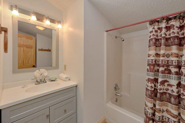 2 Full Bath Room 3 Bedroom Cabin - Cozy Hideaway