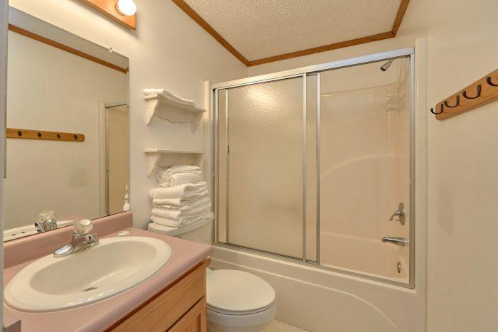 Full Guest Bathroom - Creekside Cottage