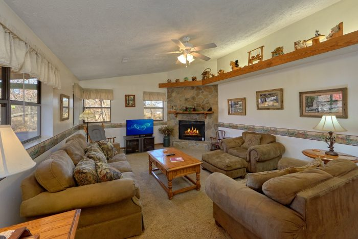 Spacious Living Room with Gas Fireplace - Creekside Cottage