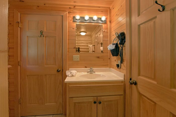 Luxurious 2 Bedroom Cabin with Private Bath - Creekside Hideaway
