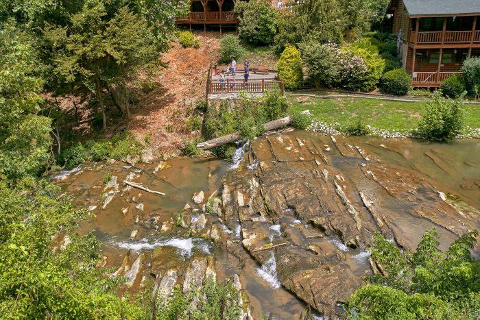 Luxury Cabin with hot tub overlooking the creek - Creekside Hideaway