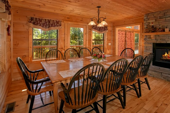 Spacious Dining Room in 5 Bedroom Cabin - Crown Jewel