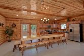 5 Bedroom Cabin with a Large Dining Room Table