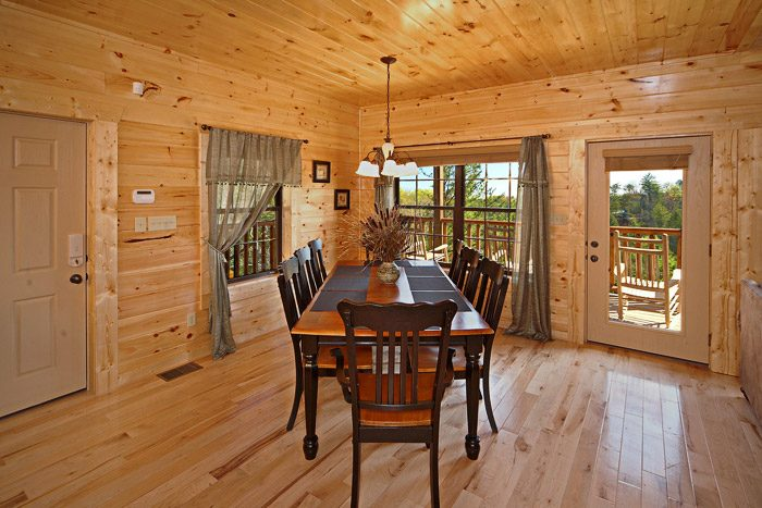Cabin with Spacious Dining Room Table - Easy Like Sunday Morning