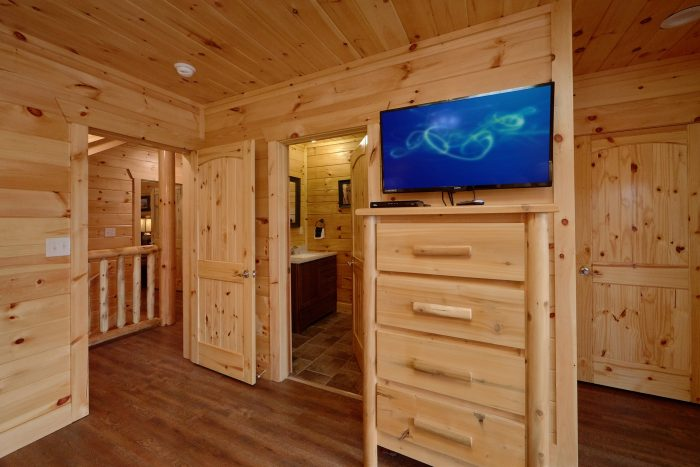 Master Suite with King bed, Private Bath and TV - Elk Ridge Lodge