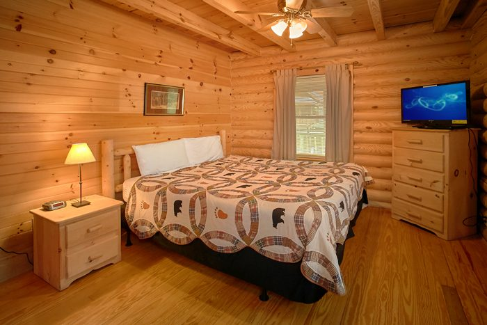 Cabin with Private King Bedroom and Jacuzzi - Heavenly Haven