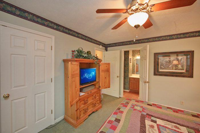 King Bedroom with TV - Hidden Peaks