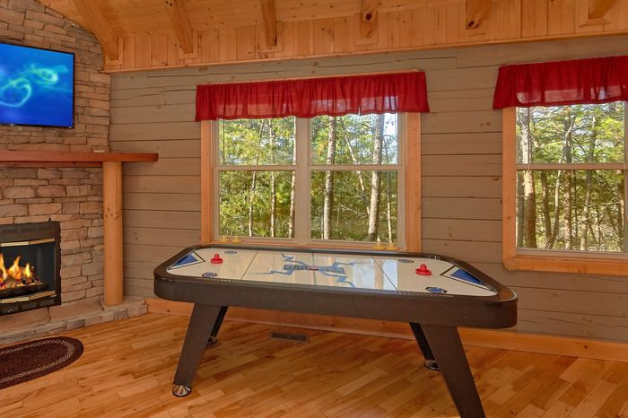 1 Bedroom Cabin with an Air Hockey Table - Higher Ground
