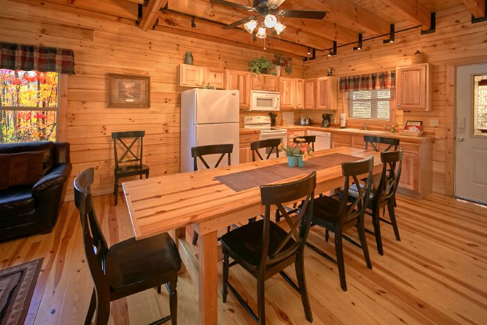 Luxury 3 Bedroom Cabin with Spacious Dining Area - Hillside Haven