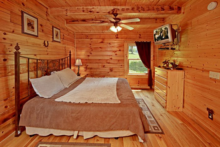 Spacious King Bedroom in Cabin - Horsin Around