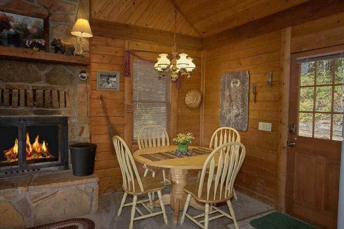 Secluded 2 Bedroom Cabin with Dining Table for 4 - Huckleberry Haven