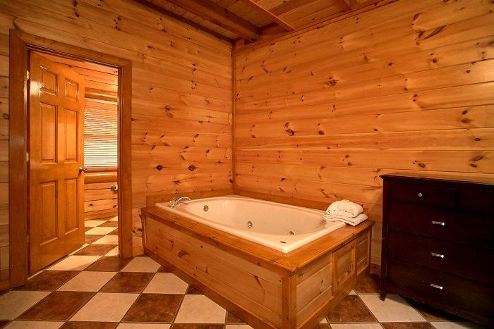 Jacuzzi Tub 8 Bedroom Cabin Sleeps 28 - Indoor Pool Lodge