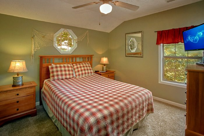 Queen Bedroom Furnished with Flat Screen TV - Happy Trails