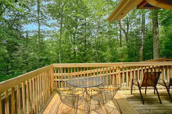 4 Bedroom Cabin with Picnic Table and Deck - Happy Trails
